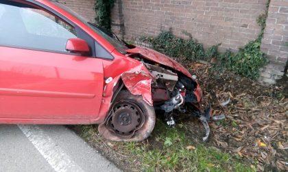 Auto fuori strada: il conducente soccorso dal 118