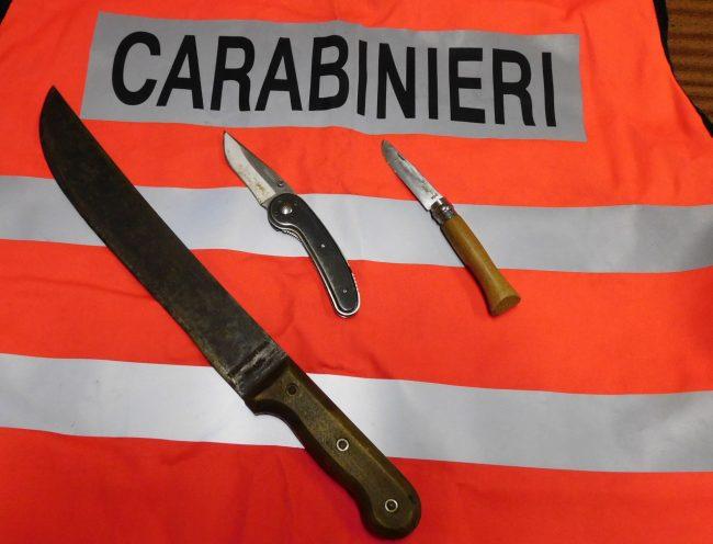 Deferiti per possesso di coltelli