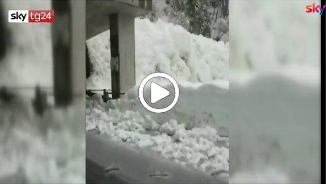 La frana di neve sembra una cascata VIDEO