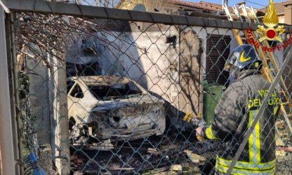 Auto in fiamme dentro il box
