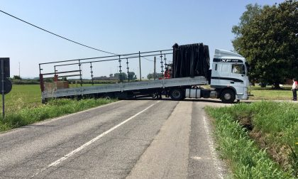 Camion di traverso a Desana: traffico bloccato