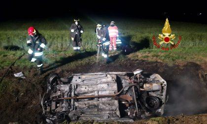 Ronsecco: auto fuori strada in fiamme