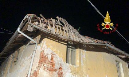 Crolla tetto di una casa vuota, auto danneggiata
