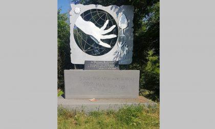 Deturpato monumento Korczak, l'associazione: «Tornate a pulirlo»