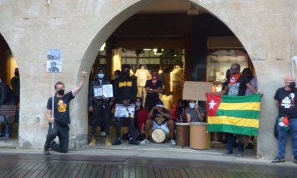 Black Lives Matter: 8 minuti di silenzio sotto la pioggia per Floyd