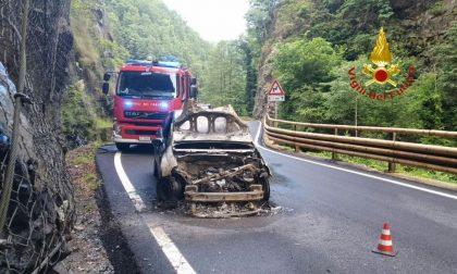 Auto in fiamme sulla strada Val Mastallone