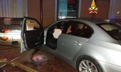 Scontro in Corso Salamano, auto finisce nel dehors di un ristorante