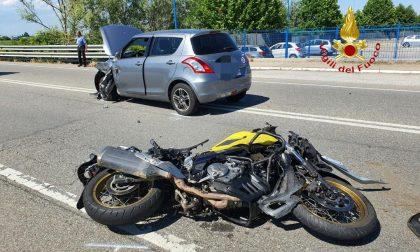Auto contro moto in tangenziale: in ospedale il centauro