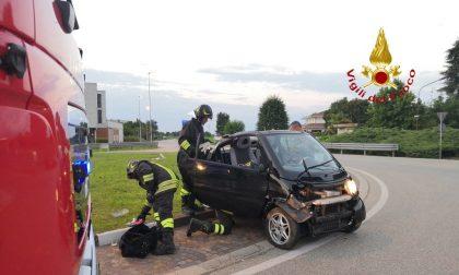 Caresanablot: auto carambola alla rotonda, gli occupanti abbandonano il veicolo