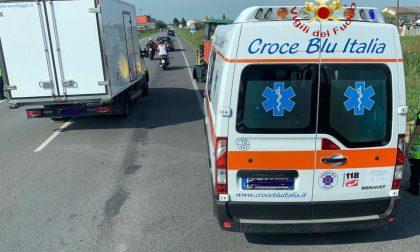 Ciclista caduto in un campo a bordo strada finisce all'ospedale