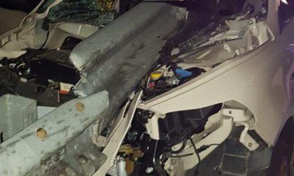 Il guard rail entra nell'auto: pauroso incidente