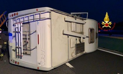 Camper si ribalta sull'A4 all'ingresso di Carisio