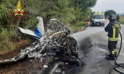 Ultraleggero cade e s'incendia: piloti illesi