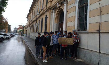 I migranti sotto la pioggia chiedono aiuto al sindaco
