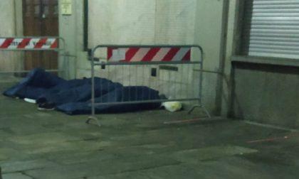 Migranti: una notte sotto i portici del municipio