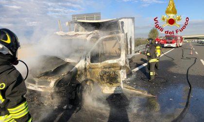 Incendio in autostrada, furgone distrutto