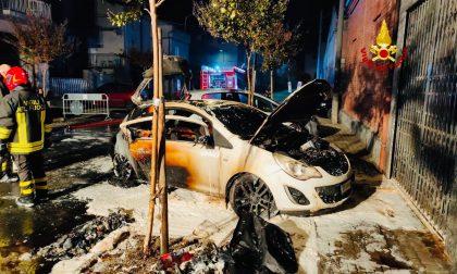 Opel Corsa distrutta dalle fiamme a Trino