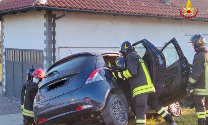 Scontro a Tronzano: una persona estratta dall'auto dai Vigili del Fuoco