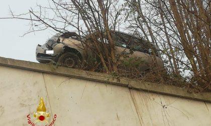 Pauroso incidente: auto in bilico sul dirupo