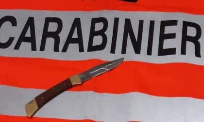 Carabinieri li controllano per il Dpcm e trovano un coltello illegale