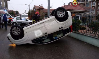 Santhià, incidente: auto capottata e donna incastrata