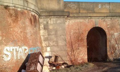 Discariche vicino al ponte della ferrovia