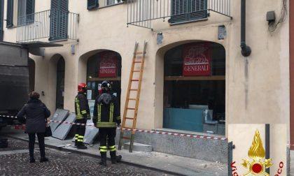 Furgone abbatte balcone: tragedia sfiorata