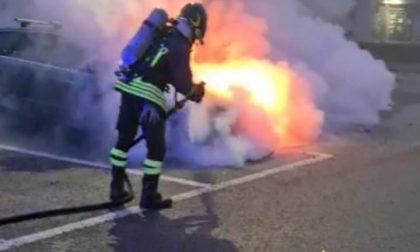 Auto in fiamme nel parcheggio del McDonald's