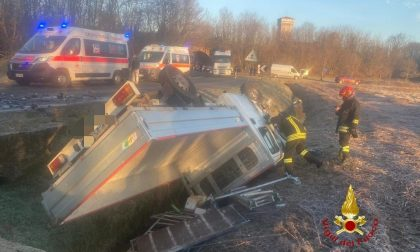 Auto e camioncino fuori strada: occupanti in ospedale