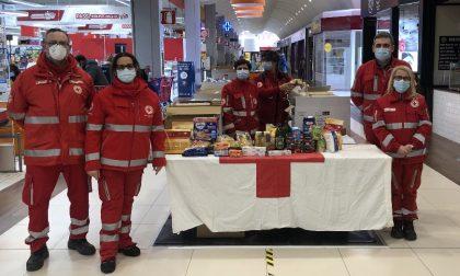 Croce Rossa e maschere raccolgono 2 tonnellate di cibo per i bisognosi