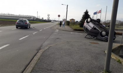 Santhià: auto ribaltata davanti al Famila