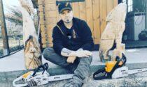 Un artista che modella il legno con la motosega