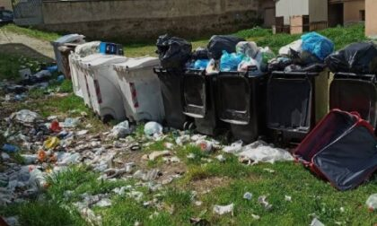 Spazzatura in cortile: situazione critica in piazza Galilei