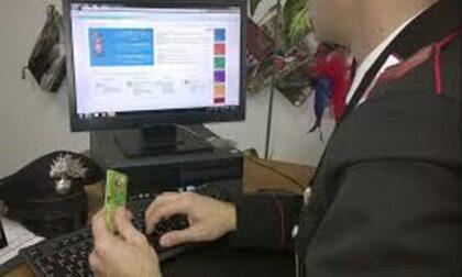 Fa acquisti online con la carta di credito della collega: denunciata