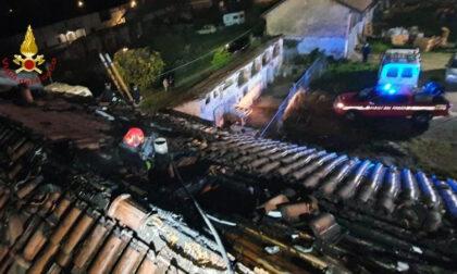 Crova: tetto in fiamme in via Sempione