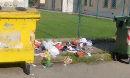 Cumuli di rifiuti in strada: spunta anche una valigia