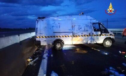 Autostrada A4: furgone di vernici si rovescia in serata