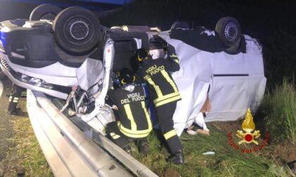 Tre feriti in un furgone ribaltato in autostrada, donna in codice rosso