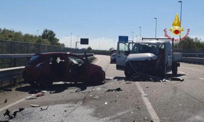 Scontro auto camion: tre feriti di cui due persone incastrate nell'auto