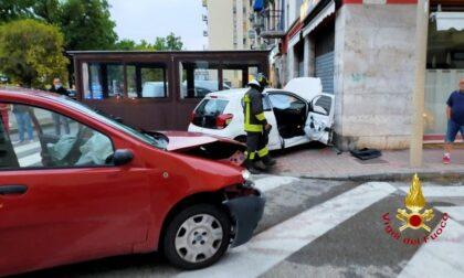 Incidente in Via Foscolo, persone estratte da un'auto