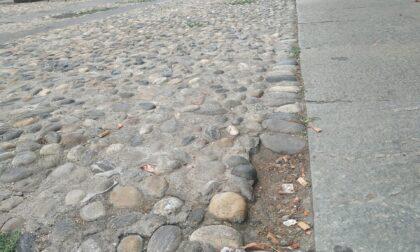 Buco nel selciato, ciclista cade e si fa male in via Verdi