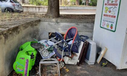 Cappuccini: ingombranti abbandonati davanti alle scuole elementari