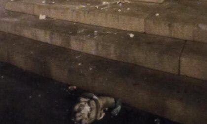 Troppe persone sul monumento a Cavour: sbriciolato un pezzo di statua