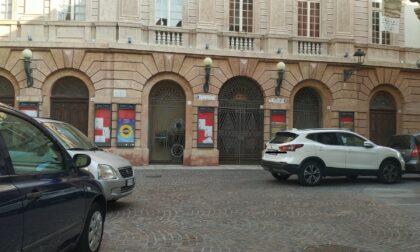 Auto parcheggiata in mezzo alla strada in via Monte di Pietà