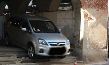 Pazzesco: con l'auto sotto i portici di Piazza Cavour