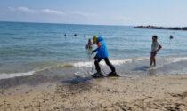 Con sci e scarponi sulla spiaggia di Sanremo