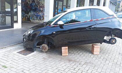 Incredibile in via Pirandello: rubano le 4 ruote di una Opel!