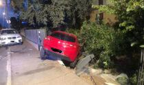 Scontro a Santhià: auto esce di strada e centra una cancellata