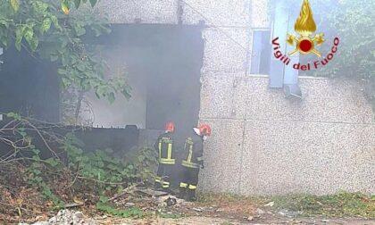 Incendio dietro la stazione: a fuoco capannone abbandonato