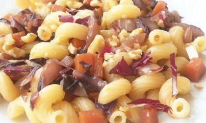 Ricette veloci per tutti: pasta al radicchio e speck con pomodoro fresco